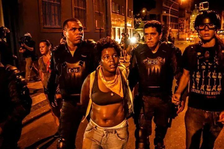 Thamires sendo levada pela PM após ser brutalmente agredida, arrastada e ter suas roupas rasgadas.