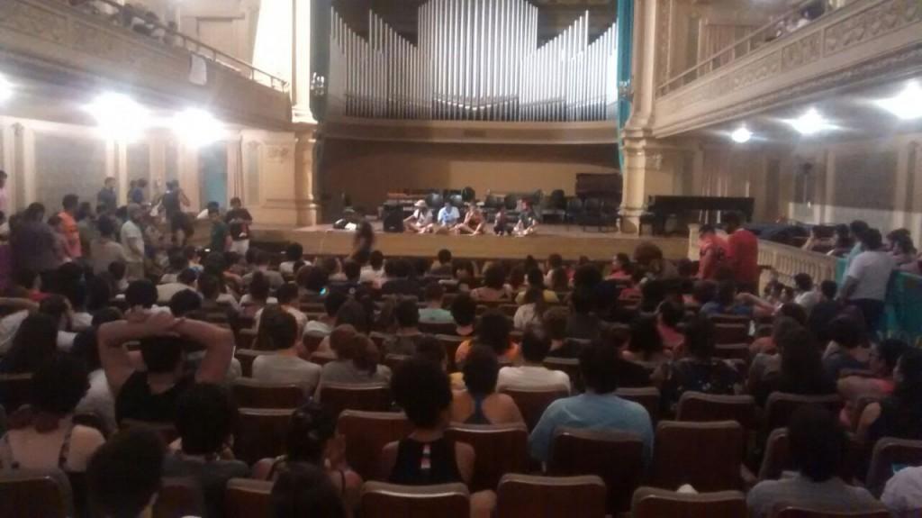 Assembleia geral dos estudantes da UFRJ realizada na Escola de Música, instituição reconhecida tradicionalmente pelo seu conservadorismo!