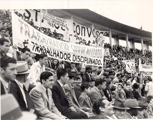 Concentração trabalhista de 1º de Maio no estádio do Pacaembu, São Paulo, 1944. (CPDOC/CDA Vargas)