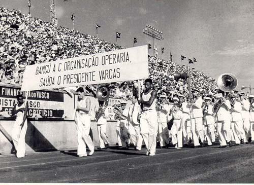 Manifestação cívica no Dia do Trabalho em homenagem a Vargas no estádio do Vasco da Gama, Rio de Janeiro, 1941. (CPDOC/ CDA Vargas)