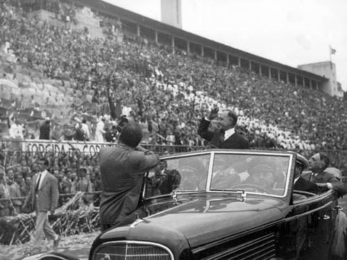 Vargas desfilando na concentração trabalhista de 1º de Maio no estádio do Pacaembu, São Paulo, 1944. (CPDOC/AMF foto 008/7)