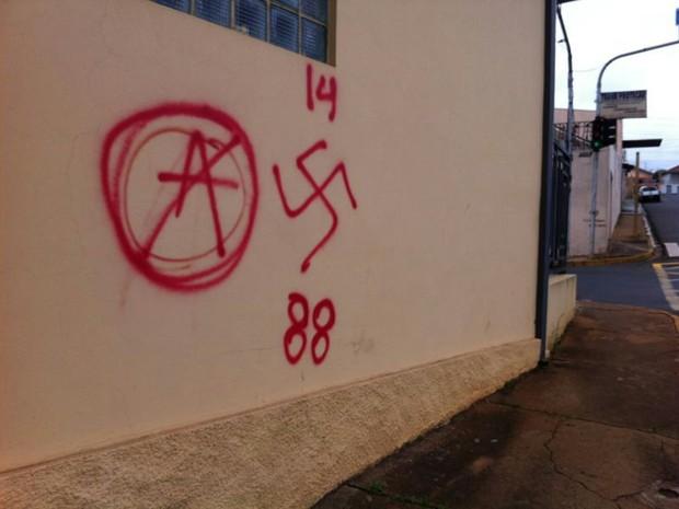 Simbolo usado por grupos Neo-Nazistas/ Fascistas - 14/88